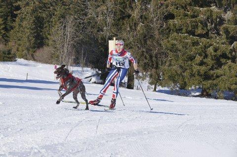 GULL: Oda Foss Almqvist fra Hadeland Trekkhundklubb vant VM-gull i tolv kilometer snørekjøring sammen med sin fire år gamle følgesvenn Solo.