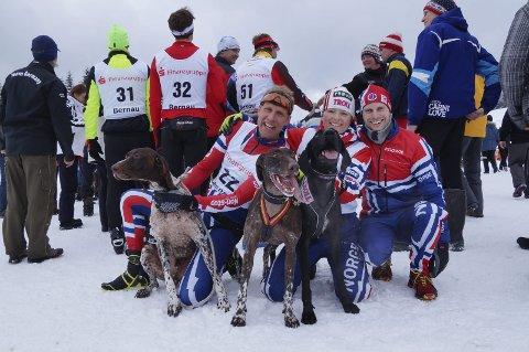 VERDENSMESTERE: Yngve Hoel (til høyre) vant sin tolvte VM-tittel i hundekjøring på søndagens mix-stafett sammen med Eskil Knag og Lena Boysen Hillestad. Foto: Lotte Friid Fladeby