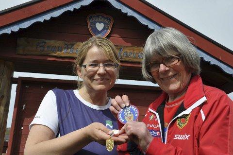 TURDRONNINGER: Else Randi Kvåle (til høyre) gir 30-årsmerket til Randi Fagerlund fra Jaren.