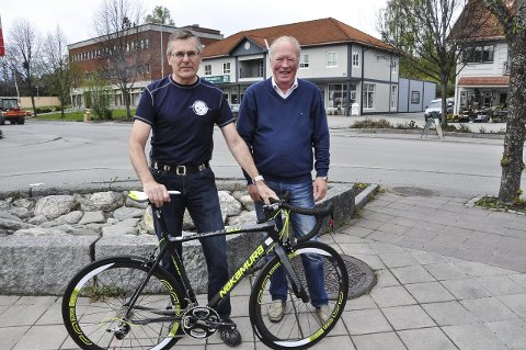 SYKKEL: Paul Rief i Hadeland Cykle Klubb og Ole Vidar Lien i handelsstandsforeningen gleder seg til å skape liv med tohjulinger i Brandbu sentrum.