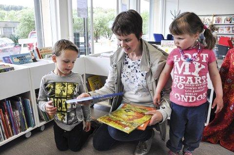 LÅNER: Sissel Ludvigsen er ofte på biblioteket med barna Sondre og Vilde, for å låne bøker. De likte de nye lokalene godt.