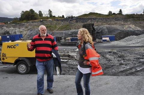 I FJOR: Gudrun Marie Sørumsbrenden i Statens vegvesen var på plass under fjorårets åpne dag på Riksveg 4-anlegget. Einar Opheim var en av de som tok turen.