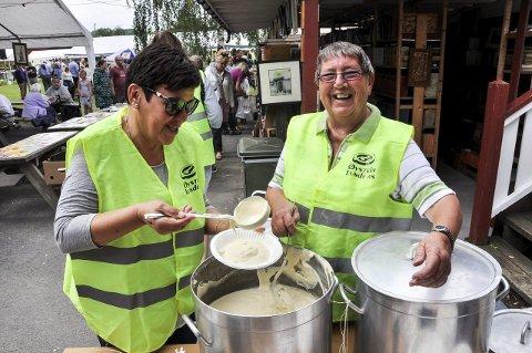 SERVERTE: Kirsten Hammerud (til venstre) og Turid Brenna serverte rømmegrøt. Og det gikk unna 100 liter på en time. Foto: John Erik Thorbjørnsen