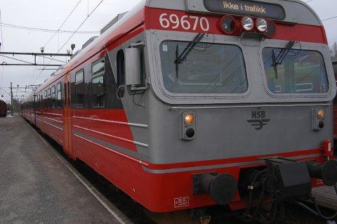 Et tog ble stående på Jaren stasjon i en drøy halvtime for å vente på ambulanse. Arkivfoto