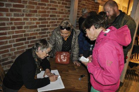 ANDELER: Mange kjøpte andeler i skulpturene på Glasslåven på Hadelandsmessa. Åse Ingeborg Raastad Velsand noterte ned alle. Først i køen var Anne Marthe Skari. Arkivfoto