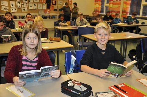 LESER MYE: Kasper Watz-Stubberud og Amalie Blilie har lest godt over 30.000 sider til sammen. De andre i klassen har også lest mye.
