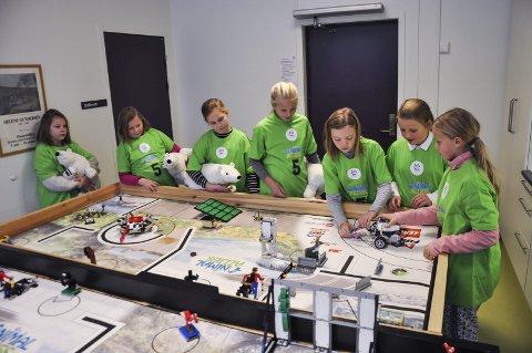 ICE GIRLS: Isbjørnjentene demonstrerer robotkjøring. Fra venstre: Johanne Hellum Grønberg, Ida Therese Olsen, Martine Faafeng, Henriette Fuglehaug Wetting, Mina Ensrud Larsen, Kristin Tindvik Berg og Tuva Werner.