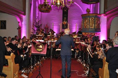VELKLANG: Atter en gang sørget Jaren Hornmusikkforening for velklang i Tingelstad kirke i timen før midnatt på lille julaften.