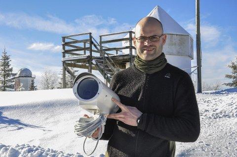 SER LYST PÅ 2018: Vegard Rekaa og de øvrige som holder hus på Solobservatoriet gleder seg til året som ligger foran. Stedet får både tillitserklæringer og økonomisk støtte.