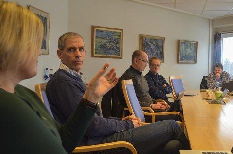 Orienterte igjen: Kommunalsjef Bente Rudrud (f.v.) og rådmann Tore M. Andresen i kontrollutvalget mandag.