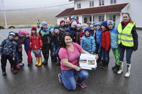 BOK: Nina H. Hoel viser fram utkastet til boka, sammen med noen av de siste elevene ved Bjørklund skole.