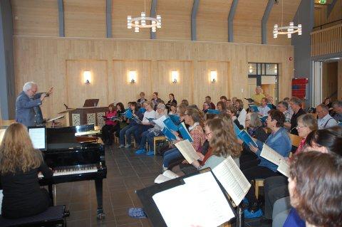 SISTE FINPUSS: Oratoriekoret Schola Sancti Petri og dirigent Terje Kvam finpusser Mozarts Requiem som snart blir å høre sammen med Innlandet Filharmoniske Orkester i Gjøvik og Tingelstad kirker.