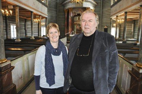NY FADERVÅR: Hilde Hoelsveen og Yngve Skaland går motvillig inn for å innføre den nyeste versjonen av Fader vår i Jevnaker-kirkene.