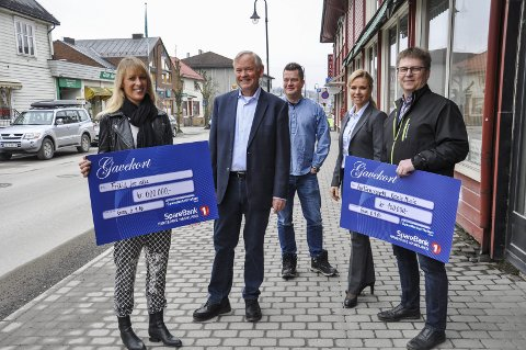 PENGEGAVER: Daglig leder i Sparebankstiftelsen Gran, Ivar Fjærtoft (nummer to fra venstre), går av med pensjon i 2017. Tidligere i år har han delt ut penger på vegne av stiftelsen til blant annet Fritid for alle og Rebels Music.
