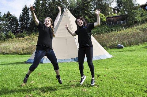 MORO FOR UNGA: Chané Lindseth (til venstre) og Sara Rognlid fra Hadeland Folkemuseum inviterer til barnas dag på museet førstkommende søndag.