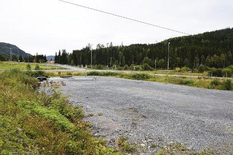 TOMT TIL SALGS: Denne tomta kan være aktuell som sted for bensinstasjon på Grua.