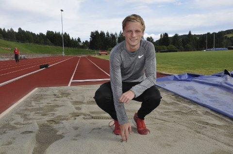 MILEPÆL: Erik Lund har jaktet lenge på milepælen 15 meter. Han håper at resultatet kommer under junior-NM på Brandbu lørdag. - Jeg liker å legge press på meg selv, sier 19-åringen.