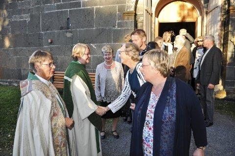 GRATULASJONER: Etter gudstjenesten fikk prost Kirsten Almås og biskop Solveig Fiske mange gratulasjoner.