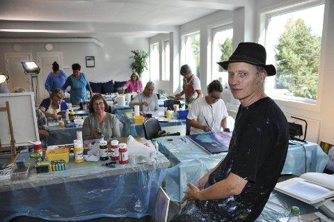 KURSLEDER: Kunstmaler Bjørnulf Dyrud holdt tredagerskurs for 12 damer på Galleri Brande sist han var på besøk i Brandbu.
