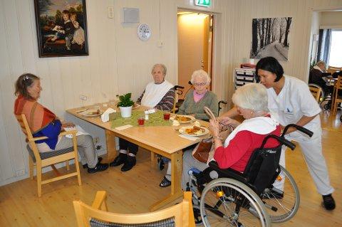 Middagstid: – Å flytte middagen er det beste de kunne gjøre, sier Karen Johanne Kirkevoll (90), til venstre. Hun sitter rundt bordet sammen med Lovise Esprum, Sofie Haga og Anne Grethe Karlsen. Sykepleier Lorline Delarmente serverer middagen.