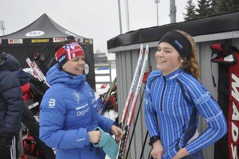 GOD RÅD: Mamma Wenke Kolkinn (til venstre) gir datteren gode råd foran stafetten søndag. Førstnevnte har en bronse fra juniorklassen.