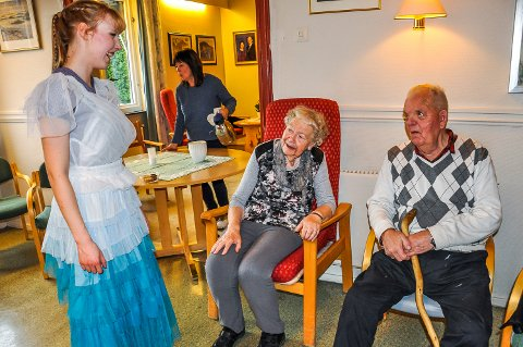 Synd om det blir slutt: Margit Haugen og Erik Kragerud i samtale med danser Astrid Serine Hoel etter forestillingen. Bak:  Solveig Håvi, leder på dagsenteret.