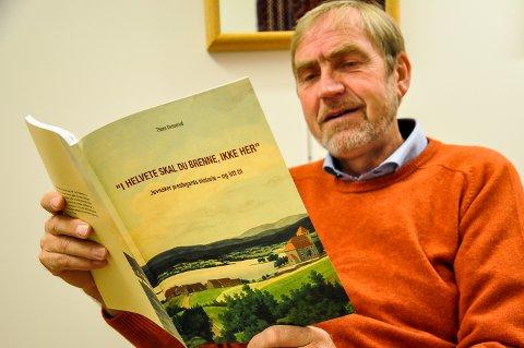 KLAR FOR LANSERING: Thore Desserud med sin nye bok «I helvete skal du brenne, ikke her». 25. oktober lanseres boka i Drengestua på Jevnaker prestegard.