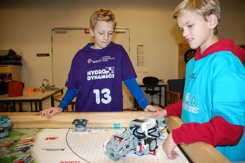 ROBOT: Jørgen Hellum og Anders Brunstad viser hvordan den programmerte roboten fungerer.