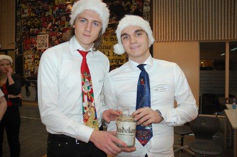 Emil Malmo og Mathias Haraldsen selger lyskrukker og viser stolt fram krukken med avisen Hadeland som motiv.