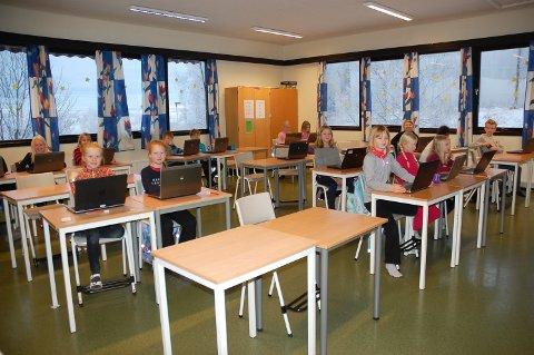 Det var mange tomme pulter i klasserommet til 4. klasse ved Jaren skole mandag og tirsdag.