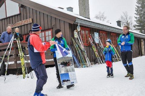 SE HER, DA: Byggekomitéleder Ihlen og o-leder Teslo skinte som sola på en værmessig grå marsdag i 2017.