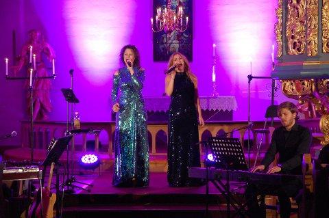JULEGAVEN: Trine Rein og Eli Kristin Hanssveen leverte en flott konsert i Tingelstad kirke lørdag kveld.