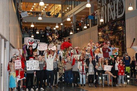 GOD STEMNING: Lipduben avsluttes med at alle elevene samles i sentrum av Hadeland videregående skole.