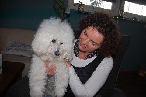GODE VENNER: Den 14-år gamle hunden Samy har vært med Anita gjennom to runder med kreft.