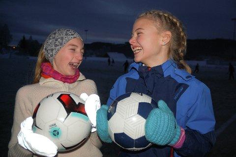 GØY: Vilde Bulling og Agnes Velsand trives godt på Gran ILs fotballakademi.