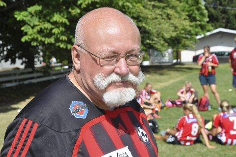TRIST: – Jeg blir litt trist av å høre at lokale lag dropper Norway Cup. Det er en flott turnering på mange måter, sier Dag Nicolaisen, veteran i Norway Cup. Her er han fotografert sammen med jentelaget i Hadeland KFK på Ekebergsletta for noen år siden.