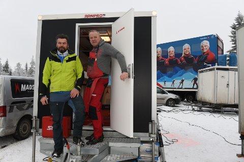 PÅ ALVOR: Både riggsjef Paul Gamme sammen med skismører Kai Egil Simenstad bedyrer at de tar avgasser fra skismurning på alvor.