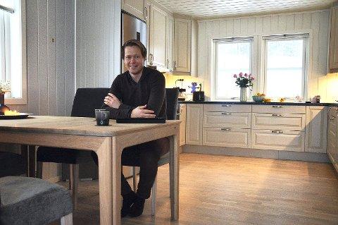 TRIVES: Ordfører Harald Tyrdal er fornøyd med ny leilighet i Kvernhusvegen på Harestua.