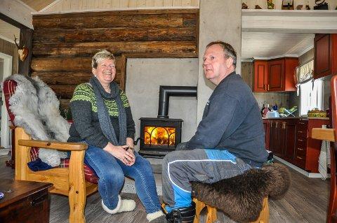 PEISKOS: Gry og Jonny Andersen stortrives i hytta Jonny har bygd. Tømmeret på kortveggen kommer fra en låve i Lunner. Muren skal forblendes med naturstein.