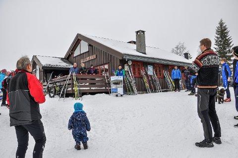 Åpen hytte: Lushaughytta blir åpen i helga og påskedagene. Bildet er tatt tidligere i vinter under en gaveoverrekkelse til «nye Lushaughytta».