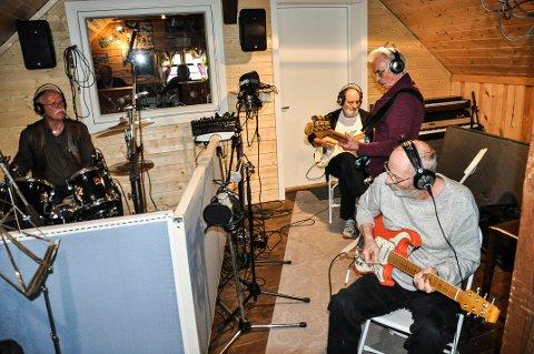 GAMLE TRAVERE: Rune solberg (fra venstre), Åge Larsen, Svein Antonsen og Knut Larsen begynte å spille sammen i 1961. Nå spiller de inn musikk i et studio i Gran.