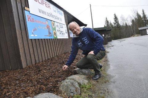 Klart: Tore Hoff viser fram den nye barken som er lagt rundt husene på Lygna. Om en uke braker det løs med norgescup.
