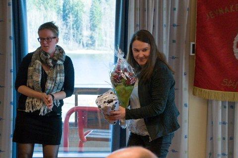 APPELL: Nisveta Tiro fra Oppland SV (til høyre) holdt appell på Jevnaker 1. mai. Til venstre varaordfører Trine Lise Olimb.
