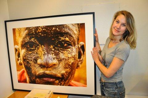 FOTOUTSTILLING: Maja Musum med et av bildene som skal stilles ut på Bergverksmuseet på Grua.