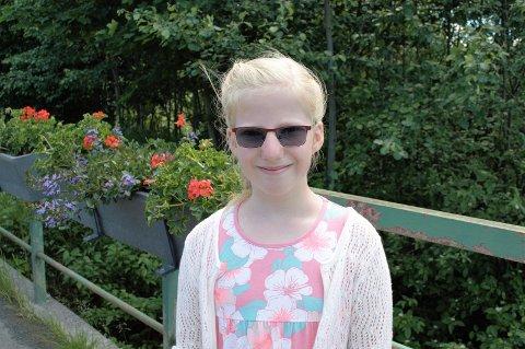 ANBEFALER FJORDA: Selma Venåsen (8) synes folk burde ta en kanotur i sommer.
