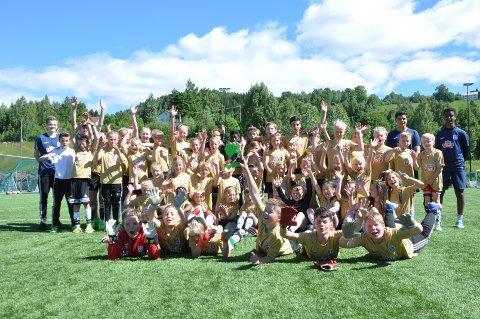 Glade unger: Det var totalt 80 barn som deltok i årets fotballskole i Lunner. På Frøystad var barna fra 4. til 7. klasse.