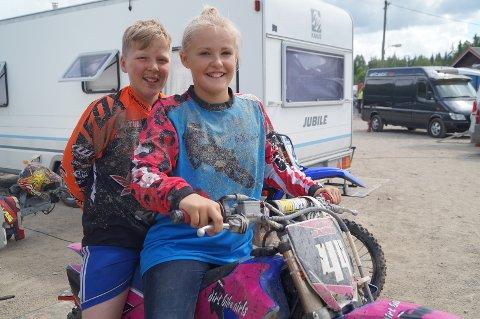 VENNER: Mina Harring (11) og klubbkameraten Martin Bredesen (11) har kjørt motocross i mange år. Det har resultert i godt vennskap.