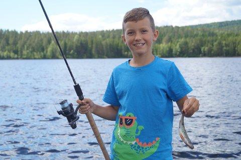Fikk fisk på kroken: 12 år gamle Martin Thomassen Driveklepp viser frem dagens fangst.