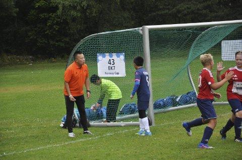 INGEN KJÆRE FAR: Den kinesiske treneren ble sintere for hvert mål som Brandbu scoret.