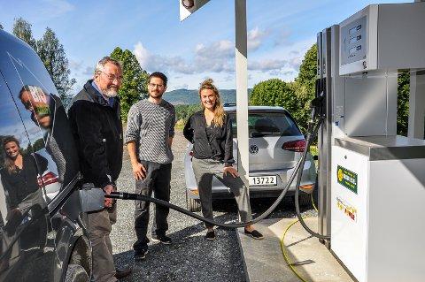 BIODRIVSTOFFSTASJON: Energigården åpner en komplett biodrivstoffstasjon. Her fyller Erik Eid Hohle biodiesel på tanken, mens bilen bak Tord Araldsen og Rosa Marie Berg lades opp av bio-el. I tillegg har stasjonen biogass og bioetanol.